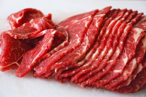 Thịt bò vốn rất mềm nên khó thái được to bản và mỏng, nhưng vẫn luôn có cách để bạn có được những miếng thịt thái như ý muốn (Ảnh: Internet)