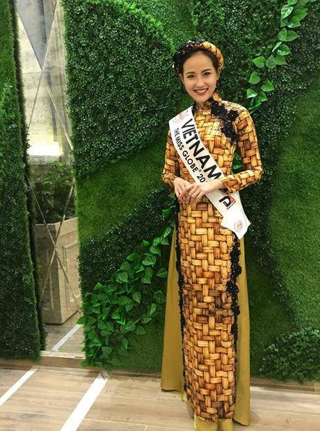 Trong các hoạt động ngoài cuộc thi, Khánh Ngân cũng chọn áo dài kết hợp với mấn. Với sự cố gắng và nỗ lực của mình, đại diện Việt Nam đã lọt Top 10 tài năng và Top 5 thí sinh được yêu thích nhất tại Hoa hậu Hoàn cầu 2017.