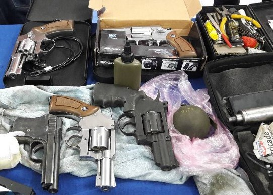 Lựu đạn và súng, Phúc luôn thủ trong người để ăn thua với cảnh sát. Ảnh: Công an cung cấp.