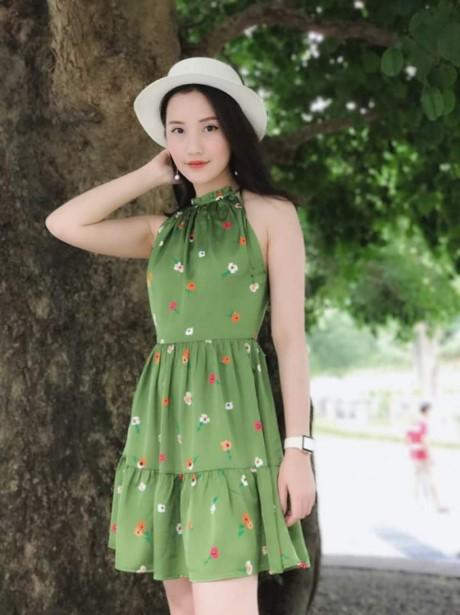 Mẫu váy ngắn với gam màu xanh nền nã, họa tiết hoa nhí đi cùng mũ rộng vành hợp tông. Điểm nhấn là món phụ kiện đồng hồ đắt giá mà người đẹp sinh năm 1992 đang sử dụng.
