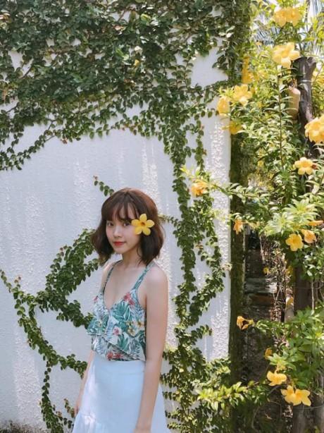 """""""Nàng dâu hụt"""" của gia đình nhà họ Phan cũng yêu thích hoa, nhưng không quá sang trọng như Xuân Thảo. Cựu hot girl yêu thích những thiết kế có phần trẻ trung đơn giản, cách tạo dáng của người đẹp cũng rất hồn nhiên, trong sáng."""