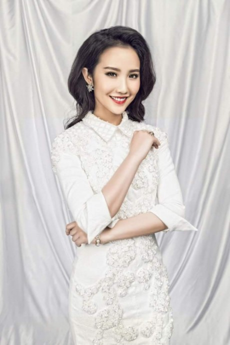 """Ngoài ra, """"bạn gái tin đồn"""" Phan Thành cũng rất yêu thích gam màu trắng. Người đẹp hay chọn cho mình những thiết kế có phần thanh lịch, đơn giản nhưng tinh tế, như mẫu đầm cổ chemise, tay lỡ đính kết đá này."""