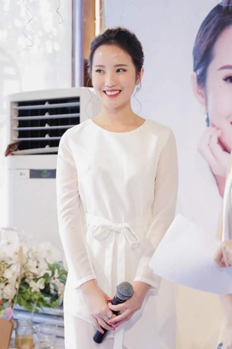 Mẫu váy trắng này được giản lược một cách tinh tế, thể hiện gout thời trang đẳng cấp của người đẹp Xuân Thảo. Điểm nhấn duy nhất đến từ chiếc nơ thắt nhẹ nhàng được đặt ngay eo cùng nụ cười bừng sáng giúp cô gái sinh năm 1992 nổi bật ở sự kiện.