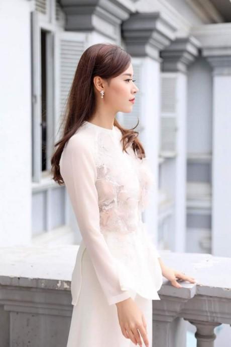 Diện thiết kế váy trắng với phần thân áo chất liệu mỏng phối cùng voan và có chi tiết đính kết tinh tế, Midu thật sự hoàn hảo, khiến người đối diện không thể rời mắt.