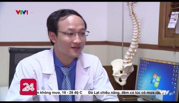 Mỗi lần được nghỉ ca, bác sĩ Khánh đều tranh thủ kiểm tra Facebook và trả lời các bình luận (Ảnh chụp màn hình)
