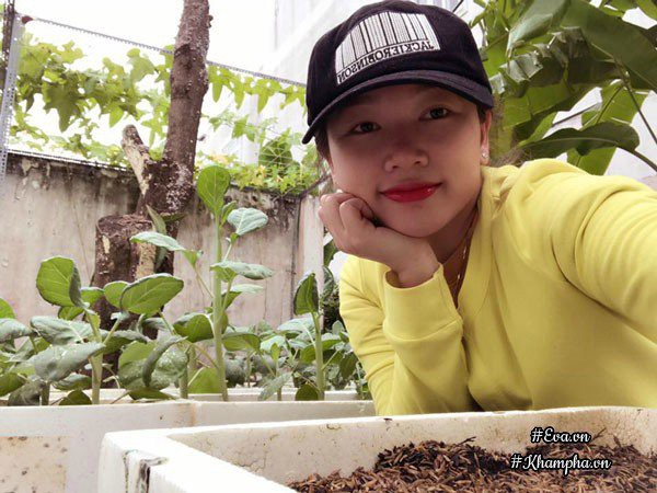 Chị Diễm (Sóc Trăng) bên khu vườn tràn ngập rau trái của mình.