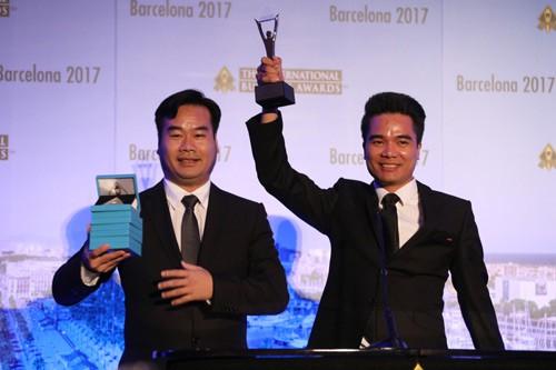 Ông Dương Anh Đức (bên trái) cùng ông Nguyễn Văn Sơn (Phó Tổng Giám đốc Halotel) trong buổi Lễ trao giải Stevie Awards 2017 tại Barcelona (Tây Ban Nha)