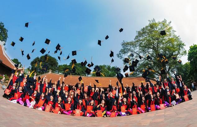 Chụp ảnh kỷ yếu là lựa chọn để lưu giữ khoảnh khắc đẹp thời học sinh của các bạn sinh viên (Ảnh minh họa)