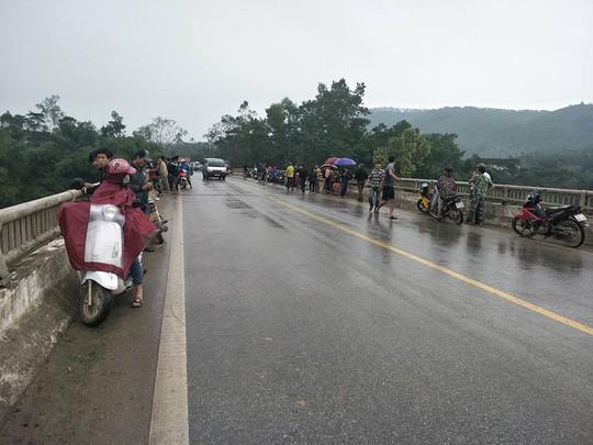 Thầy giáo rời nhà mất tích, xe máy và dép để trên cầu