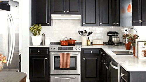Với các khu vực sử dụng nhiều thiết bị điện như bếp nên có aptomat riêng, dây điện có tiết diện chuẩn. Ảnh: BHQ.