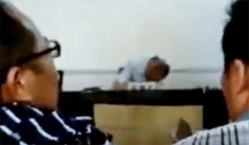 Chủ nhân của loạt hình ảnh cho biết sự việc xảy ra từ hồi tháng 8. Ông Wei mặc thường phục đến phiên tòa sau đó ngủ gục khiến buổi xét xử phải tạm hoãn.