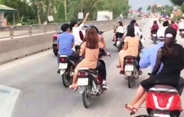 Phản cảm đoàn rước dâu không mũ bảo hiểm, lạng lách trên quốc lộ