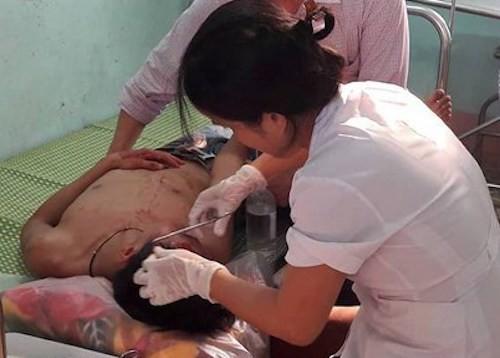 Nam sinh bị đánh được cấp cứu tại bệnh viện.