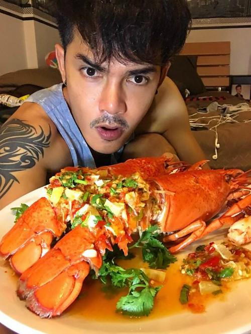 Món tôm hùm 'tra tấn người xem' của chàng thánh ăn Thái Lan