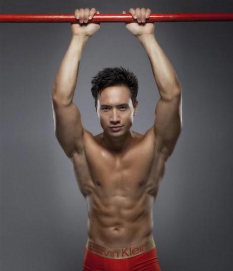 Nam diễn viên từng tham gia học khiêu vũ và thực hiện chế độ tập luyện và ăn uống khắt khe để có được thân hình 6 múi.