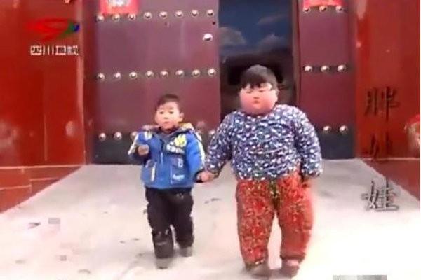 Bé trai 2 tuổi có cân nặng như một người trưởng thành.