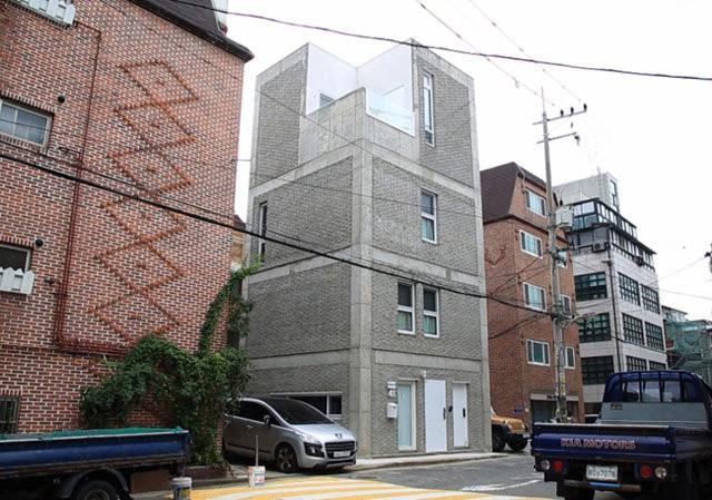 Căn nhà 4 tầng này là tổ ấm của một gia đình trẻ, tọa lạc ở trung tâm thủ đô Seoul, Hàn Quốc.