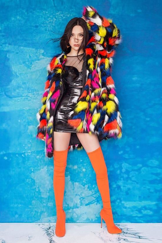 Hạnh Sino là một trong những hot girl nổi tiếng ở Hà thành. Vài năm trở lại đây, cô tích cực hoạt động âm nhạc, phim ảnh.
