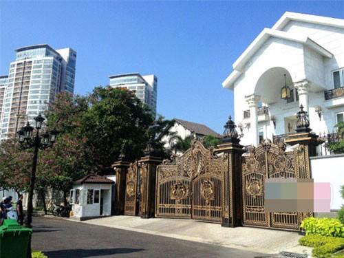 Biệt thự ba mặt tiền nằm ở vị trí cực đẹp ngay gần bên con sông Sài Gòn.