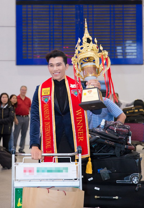 Ngọc Tình xuống sân bay Tân Sơn Nhất vào lúc nửa đêm qua (30/11) với chiếc cúp Manhunt International 2017 (Nam vương quốc tế). Anh đã chiến thắng nhiều ứng viên xuất sắc trong đêm chung kết cuộc thi cách đây 3 ngày tại Thái Lan.