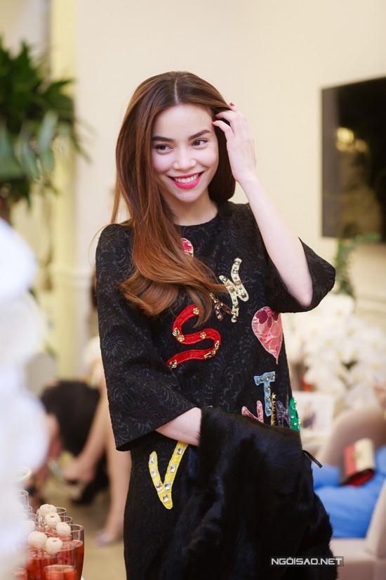 Xuất hiện tại buổi khai trương một trung tâm làm đẹp ở Hà Nội vào hôm qua (1/12), Hà Hồ hút mọi ánh nhìn nhờ nhan sắc rạng rỡ, trẻ trung. Nữ ca sĩ diện đầm đen, gắn logo và những hoạ tiết dễ thương.