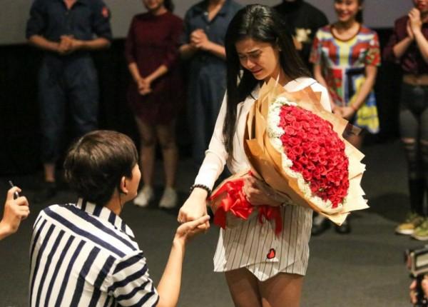 Tim quỳ gối cầu hôn Trương Quỳnh Anh vào tháng 8/2016 sau 6 năm gắn bó.