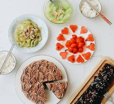 Vũ Minh Điệp, sinh năm 1990, hiện kinh doanh tự do ở Hà Nội, có niềm đam mê rất lớn với ẩm thực. Cô không chỉ thích nấu ăn, mà còn thích bày biện, sắp xếp các món ăn đẹp mắt. Bàn ăn của Điệp khá đơn giản, không bày biện cầu kỳ nhưng rất tinh tế.