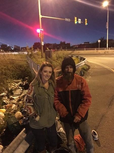 Kate cảm kích tấm lòng của ông Johnny và quyết định gây quỹ giúp ông thoát cảnh sống vô gia cư. Ảnh: GoFundMe