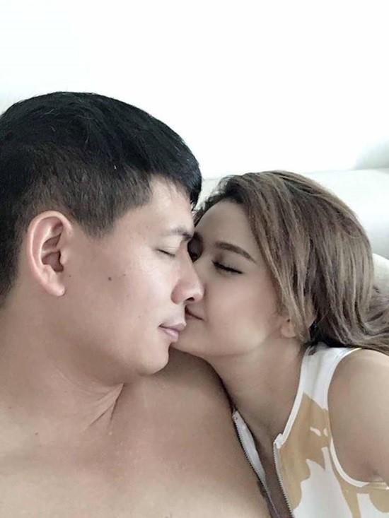 Hình ảnh thân mật của Bình Minh và Trương Quỳnh Anh gây xôn xao cộng đồng mạng.