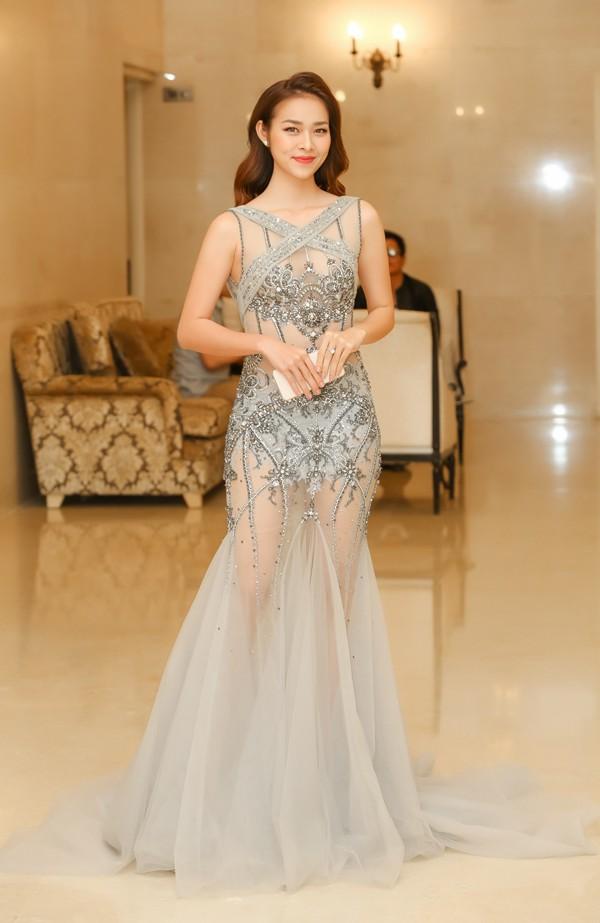 Diệp Bảo Ngọc dự họp báo công bố giải thưởng Ngôi sao xanh lần 4 tại TP HCM, chiều 6/12. Nữ diễn viên diện thiết kế của Đỗ Long, khoe vẻ gợi cảm.