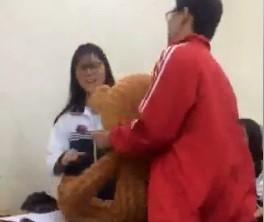 Chàng trai ôm theo chú gấu để tỏ tình với bạn gái. Ảnh cắt từ clip.