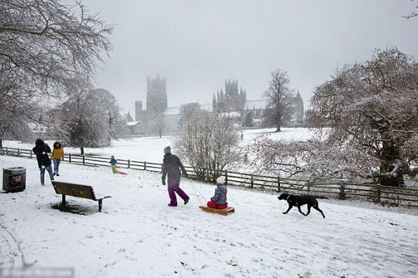 Nước Anh ngập trong tuyết dịp cuối tuần qua.