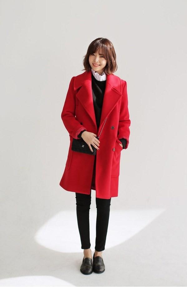 Áo khoác dáng dài màu đỏ cực kỳ phù hợp khi phối với trang phục black on black (màu đen) - Ảnh: Internet