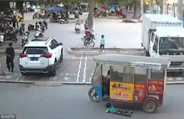 Chiếc xe ba bánh tông trúng em bé nhưng không xuống xe giải quyết.