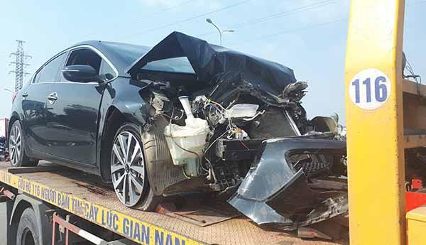 Xe khách đi đám tang vượt đèn đỏ, tông nát đầu xe 5 chỗ