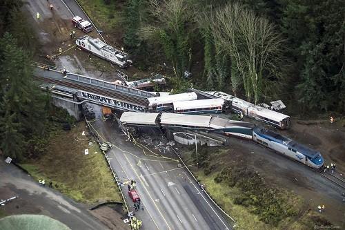 Nạn nhân vụ tàu hỏa rơi xuống cao tốc Mỹ: 'Người nảy như bóng'