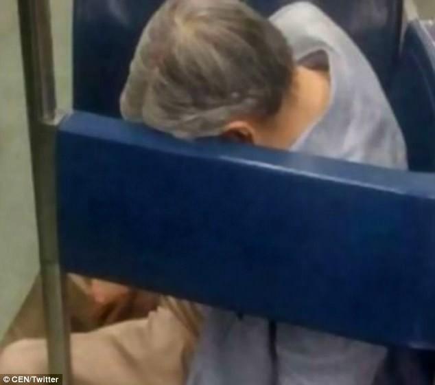 Không ai để ý người đàn ông ngủ gục nhiều giờ trên tàu điện ngầm, đến khi nhân viên đến đánh thức ông thì phát hiện sự thật kinh hoàng