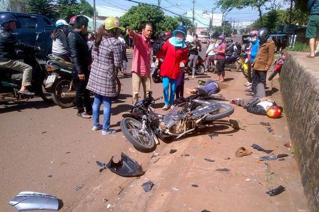 Ô tô 'điên' gây tai nạn liên hoàn, 2 người nhập viện