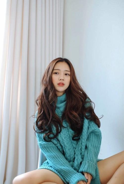 Kiểu tóc xoăn dài này rất phù hợp với quý cô U40 vì vẫn giữ được nét quyến rũ, mặn mà, gợi cảm nhưng lại giúp trẻ trung, xinh xắn hơn tuổi thật