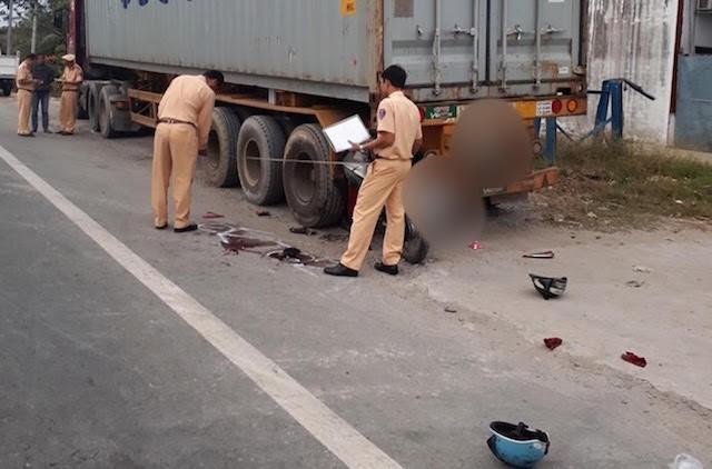 Vợ chết chồng nguy kịch sau cú tông vào đuôi xe đầu kéo đậu ven đường