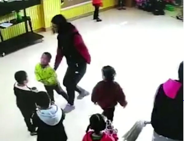Nữ giáo viên đánh tất cả học sinh trong lớp không chừa em nào.