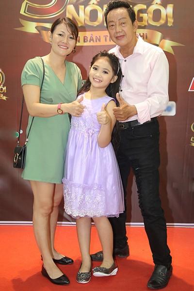 Bé Khánh Nhi bên mẹ ruột và nghệ sĩ Khánh Nam lúc ông sinh thời.