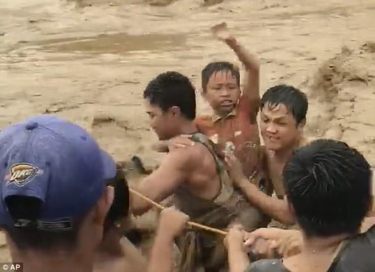 Đang cột thuyền chống bão Tembin, người đàn ông bị cá sấu ăn thịt