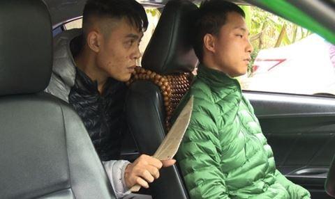 Tên cướp kề dao uy hiếp lái xe taxi