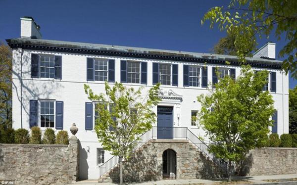 Căn biệt thự mà vợ chồng Ivanka sắp chuyển tới nằm ở Tracy Place, thuộc khu Kalorama, gần chỗ ở mới của nhà Obama sau khi gia đình tổng thống rời khỏi Nhà Trắng vào ngày 20/1 tới.