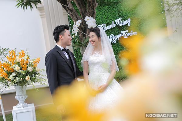 Chú rể Thanh Tùng hiện làm việc trong công ty may mặc của gia đình. Vợ anh, Ngọc Trâm, là tiếp viên hàng không.