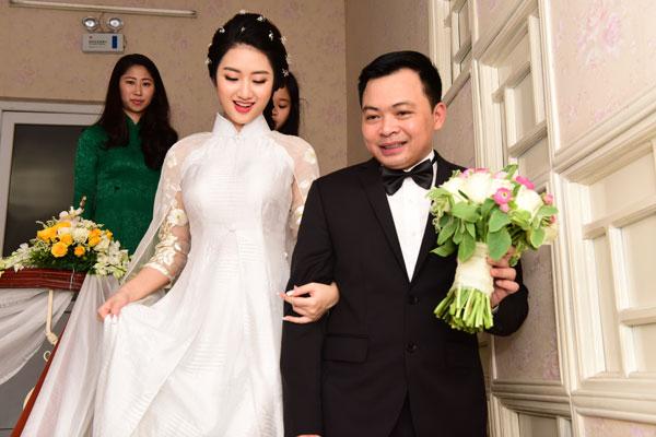Trưa nay, đôi vợ chồng mở tiệc mừng tại một khách sạn sang trọng ở Hà Nội.