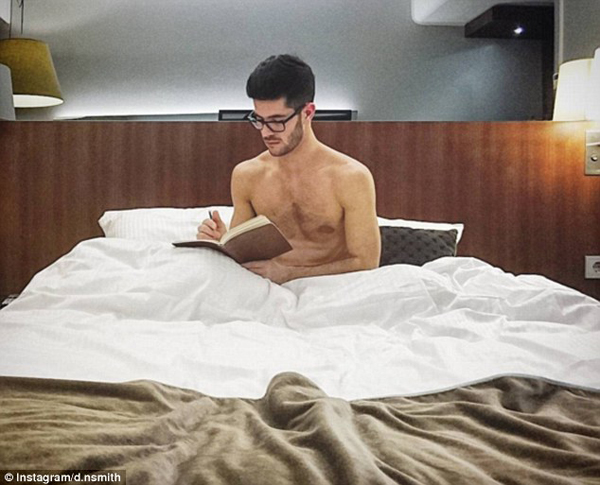 Daniel tranh thủ ghi lại cảm nhận về chuyến đi của mình tại một khách sạn ở Stockholm sau một ngày bay dài. Ngoài công việc tiếp viên, anh còn là một người mẫu.