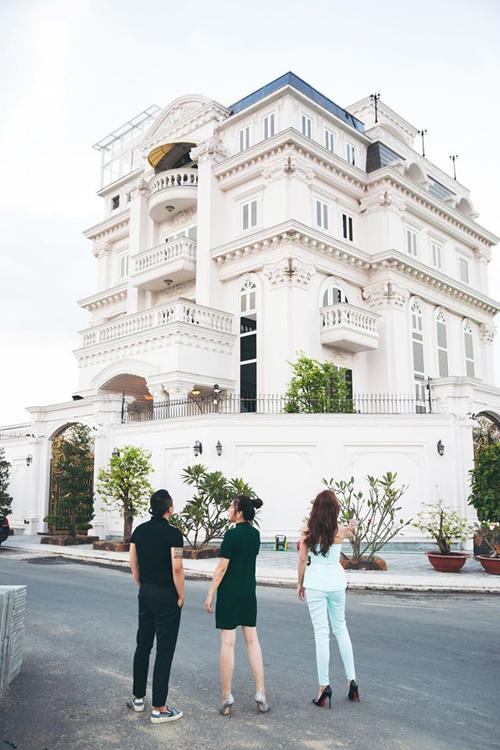 Cựu Đại sứ du lịch niềm nở ra tận cổng đón và giới thiệu căn biệt thự triệu đô cô mới xây được 1 năm.