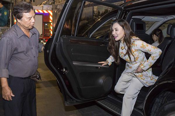 Vì nữ ca sĩ nhận lời biểu diễn trong thời gian gấp rút, ê kíp vẫn chưa lên Sài Gòn nên chỉ có cô và người chị quản lý tự xoay sở mọi thứ. Đến cả bố nữ ca sĩ cũng phải làm tài xế đưa đón cô.